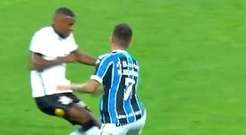 Marllon acabó expulsado por una dura entrada sobre Henrique. Captura/SporTv