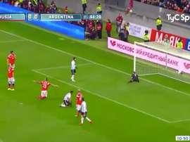 Magnifique performance du Russe face à la reprise de volée de l'Argentin. Twitter/@TyCSports