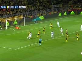 El cancerbero suizo metió la mano para evitar el gol de Isco. Twitter