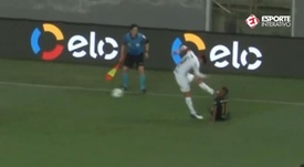 The kick from Gustavo Gómez that saw him booked. Screenshot/EsporteInterativo