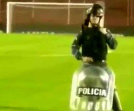 Los aficionados de Platense cargaron contra el policía. Twitter/TyCSports