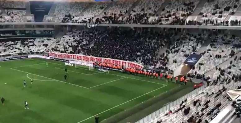 Des ultras des Girondins de Bordeaux stoppent la rencontre face à Nîmes. Captura/MalvesinDorian