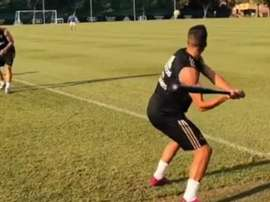 Lucas Vazquez hit a good shot playing baseball with teammates in Montreal. Captura/RealMadrid