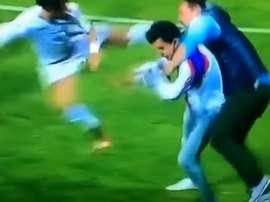Un futbolista pateó a un espontáneo que pretendía golpear al árbitro con un palo. YouTube