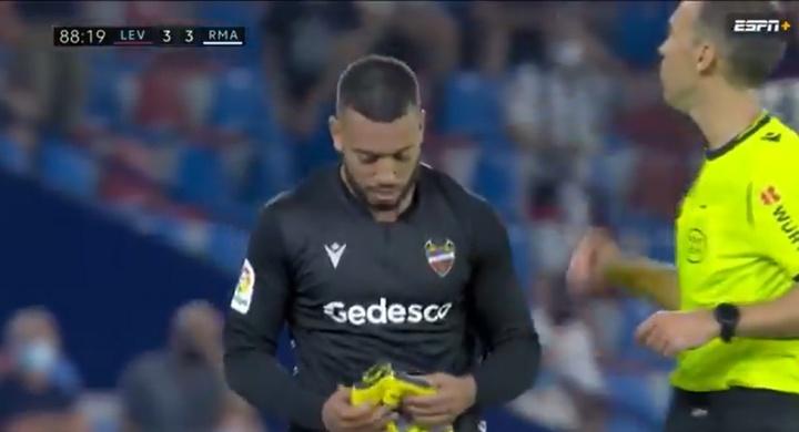 Ruben Vezo a dû finir la rencontre en tant que gardien de but pour Levante contre le Real. ESPN