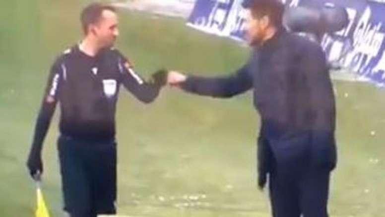 Simeone saludó con un choque de puños al linier en el Atleti-Sevilla. Captura/ElGolazodeGol