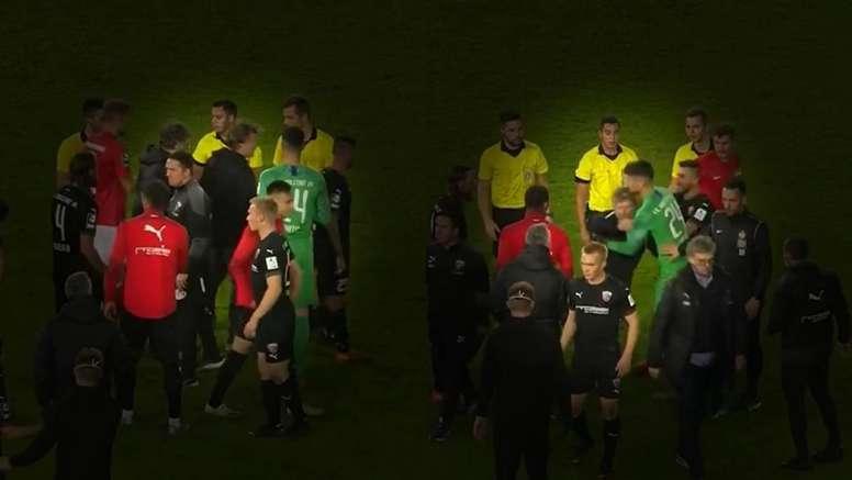 La lamentable patada por detrás de un entrenador a su rival. Captura/Bild