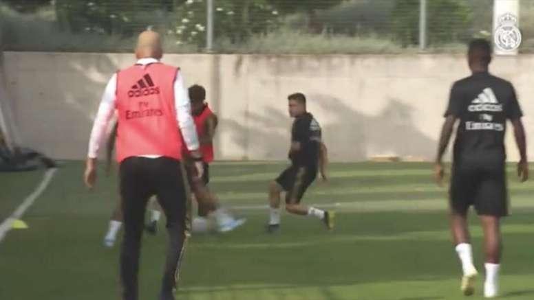 Zidane jogou entre seus atletas durante o treinamento desta quinta-feira. Captura/RealMadridTV