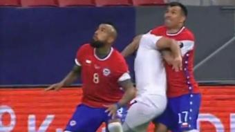Medel cometió un penalti innecesario sobre Carlos González. Captura/DirecTvSports