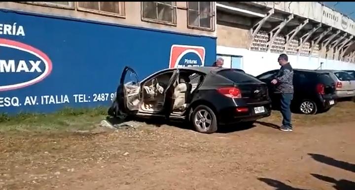 El coche fue incendiado. Captura/PolacoMendez