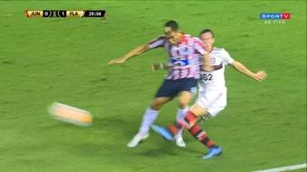 El codazo de Teo que reclamó Flamengo no tuvo castigo. Captura/SporTV