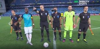 El árbitro exigió de forma airada la foto junto a los capitanes.Captura/DirectTvSports