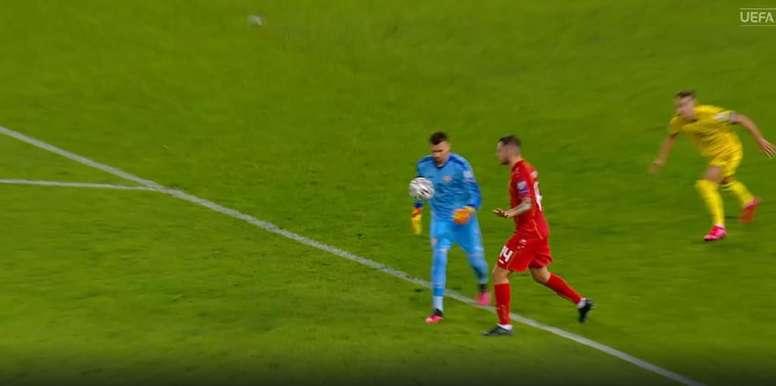 El error más grave de la noche: Dimitrievski y Velkoski regalaron el gol. Captura/UEFATV