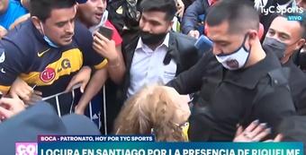 Locura en Santiago por la presencia de Riquelme. Captura/TyCSports
