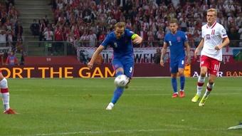 Un derechazo para superar a Owen. Captura/UEFATV