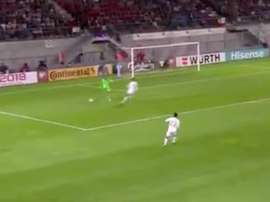 El portero de Liechtenstein regaló el tercer gol a España. Twitter/RealEspartaB