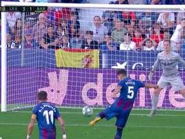 Radoja scored Levante's third goal to give them a two goal cushion v Barca. Captura/Movistar.
