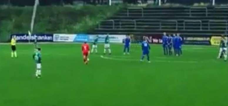 El golazo de falta de un portero que se vio en Tercera de Dinamarca. Captura/ASTV