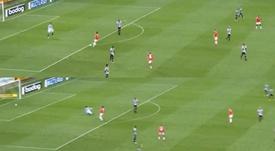 Sacó, su compañero estaba de espaldas... ¡y dejó el gol a placer! Captura/SporTV