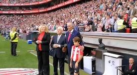 La hija de McNeill recogió el 'One Club Man' en San Mamés. Twitter/AthleticClub