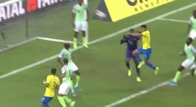 La grave lesión de Uzoho tras chocar con Casemiro. Captura/DAZN