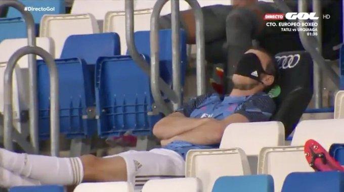 La imagen de Bale en la grada que cabrea al madridismo. Captura/GolTV
