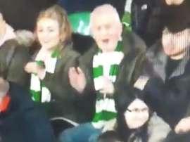 Un aficionado del Celtic golpeó un balón que le venía con la cabeza. Captura/SkySports
