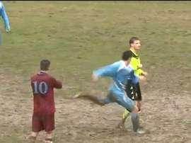 Captura del momento en el que el árbitro recibe la agresión por parte del jugador que acababa de expulsar. YouTube
