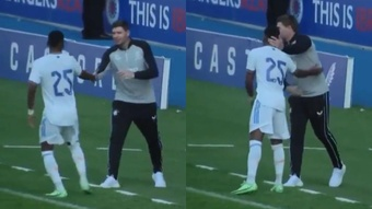 A Rodrygo le faltó pedirle un autógrafo a Gerrard en pleno partido. Captura/RMTV