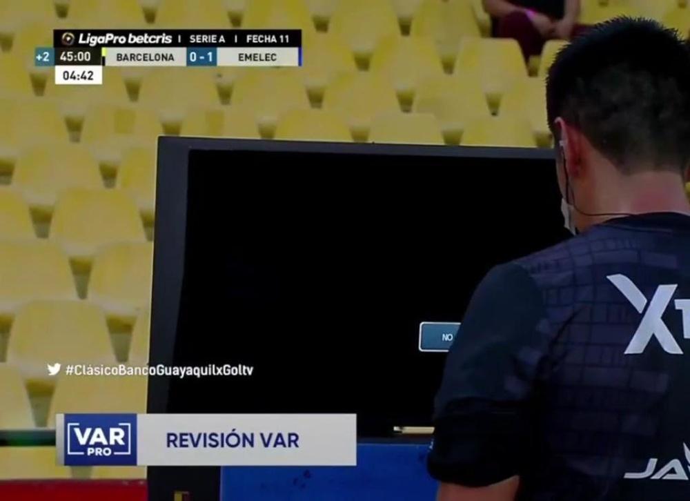 Barcelona reclamó ante el mal funcionamiento del VAR. Captura/GolTV