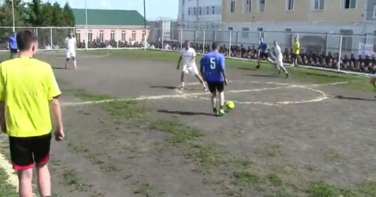 photo du match amical entre Saluyt et l'équipe de la prison. Captura/SportsExpress