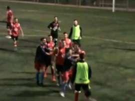 Captura del vídeo de la pelea entre jugadores del Atlètic Prat y el Sant Joan Despí tras un polémico gol de los segundos. YouTube/RegionalFutbol