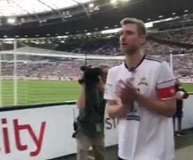 Mertesacker se emocionó al despedirse del fútbol. Twitter/Hannover96