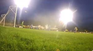 Le gardien est resté figé, mais a vu le but à la première personne. Twitter/AlvechurchTV