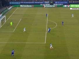 David Silva se aproveita de uma cochilada da zaga. Futbol1