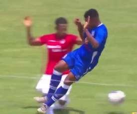 Bazán realizó la entrada más horrible de la jornada, y quizá de la temporada. YouTube/SomosHinchas