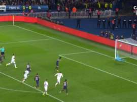 Cavani acabou mesmo por bater o pênalti, mas Lopes não deixou que fosse gol. Canal+Direct