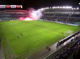Catpure du moment où les ultras bosniens lancent les pétards sur la pelouse. MovistarFutbol