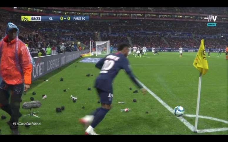 Le cayó de todo a Neymar en cada córner. Vamos
