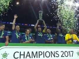 Pires alzó el trofeo de campeones. Twitter/SkySports