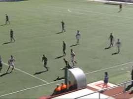 Captura televisiva del momento en que Adrián Jiménez, del Toledo, empala el balón para anotar un golazo desde su propio campo. Twitter/CMM