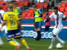 Neymar protagonizou belo lance no jogo entre PSG e Waasland-Beveren. Captura/PSGInside