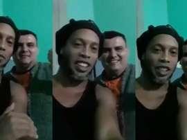 De dentro da cadeia, Ronaldinho grava uma mensagem para família de detento. Capturas/rofealeatorio