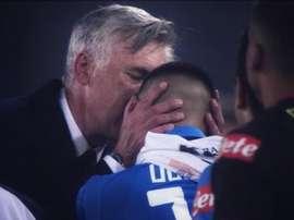Ancelotti a embrassé son front et s'est excusé de ne pas l'avoir fait jouer. Twitter/Napoli_Goleador