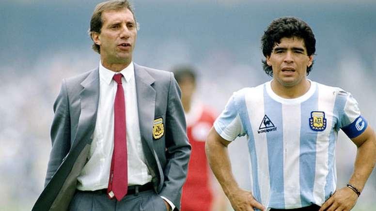 A Bilardo le apagan la TV para que no se entere de la muerte de Maradona. EFE