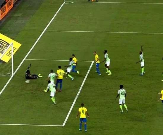 Casemiro levelled the scores for Brazil in Singapore. Captura/DAZN.