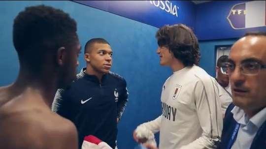 Cavani était dans les vestiaires des Bleus. Capture/TF1