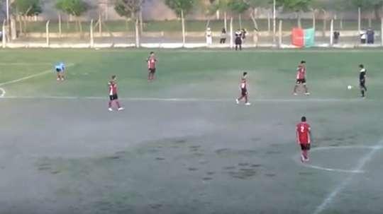 El jugador visitante se llevó las manos a la cabeza tras marcar un golazo. Youtube