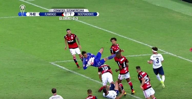 César, portero de Flamengo, dio el susto en la final. AFP