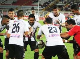 César Martínez celebra con sus compañeros un gol haciendo levitar el balón. Infobae